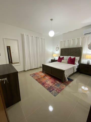 Habitación principal. Confortable cama queen , baño , tv, aire.