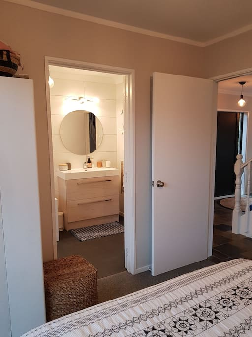Access from bedroom to private bathroom