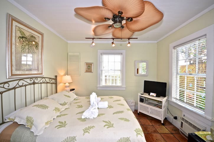 Garden House B&B -  Bougainvillea Room - Key West - Bed & Breakfast
