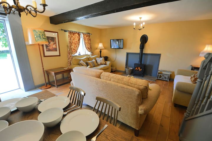 Bramble - a lovely family friendly cottage with on site swimming and games