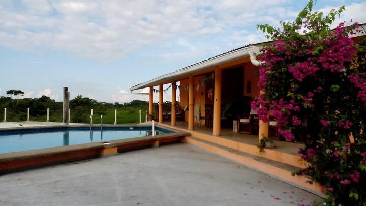 grosses Haus mit Pool