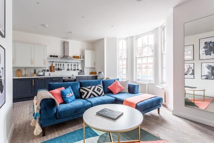 ✰ Glamorous 2 Bed Apartment, Parking, Sleeps 6