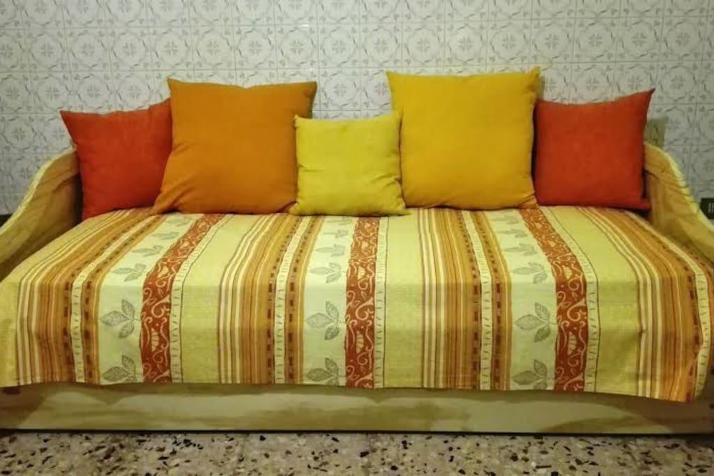 comodo divano letto con letto aggiuntivo estraibile, doppio materasso, doghe i legno, 5 comodi cuscini colorati e copridivano nei toni giallo-arancio (nuovo, acquistato da meno di 12 mesi!)