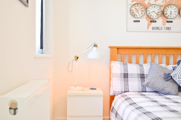 Bright & Airy Double Room, Close To Boat