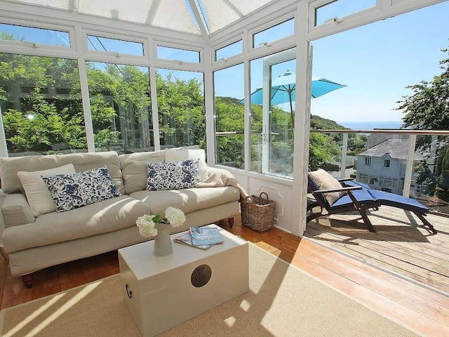 PORTHCURNO BAY VIEW, family friendly in Porthcurno, Ref 959923