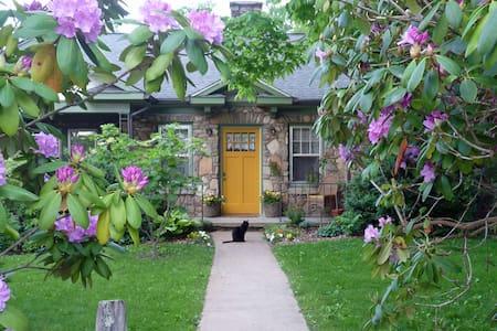 Stone Cottage Garden Homestay ONE