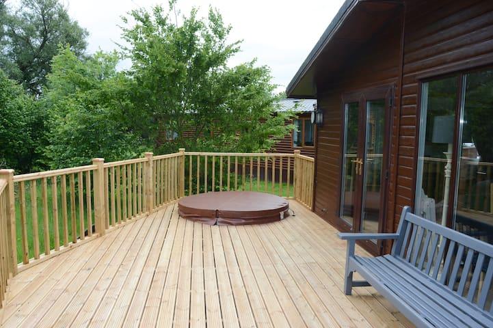 Luxury Owl Lodge & private hot tub, Malton Grange