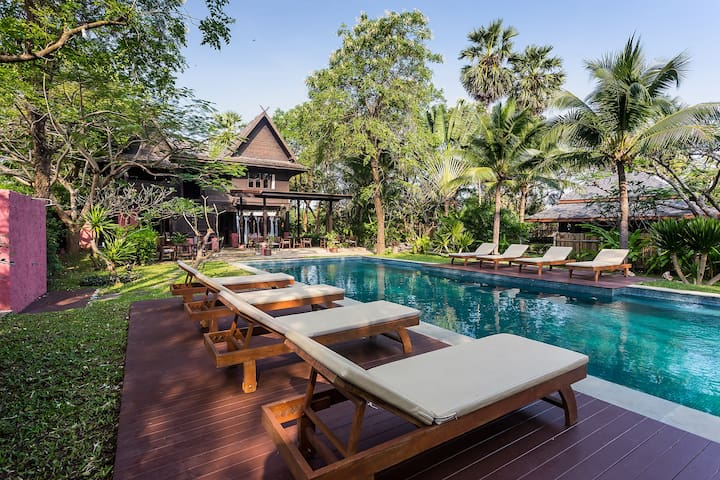 8 bedroom Beach Front Authentic Bungalows Resort