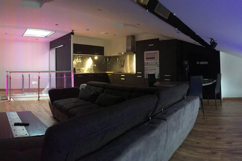 Grand canapé d'angle convertible en lit 2 pers., Cuisine toute équipée