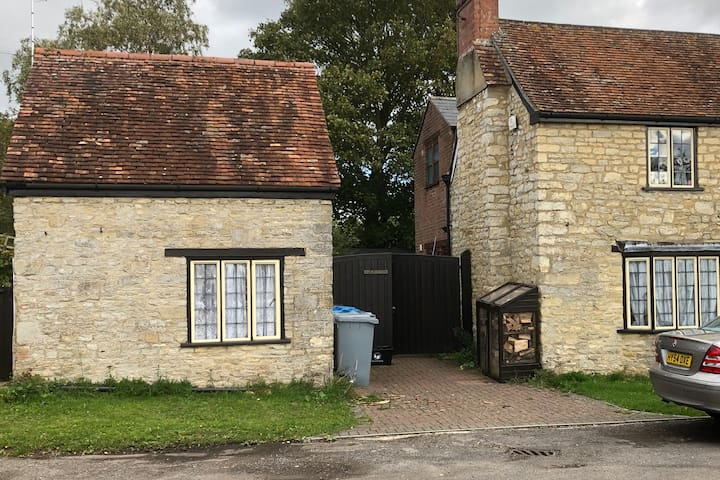 Tiny detached one bed studio cottage & courtyard