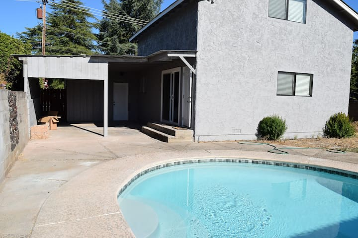 5bed/3.5 bath house with a POOL - Redding - Casa