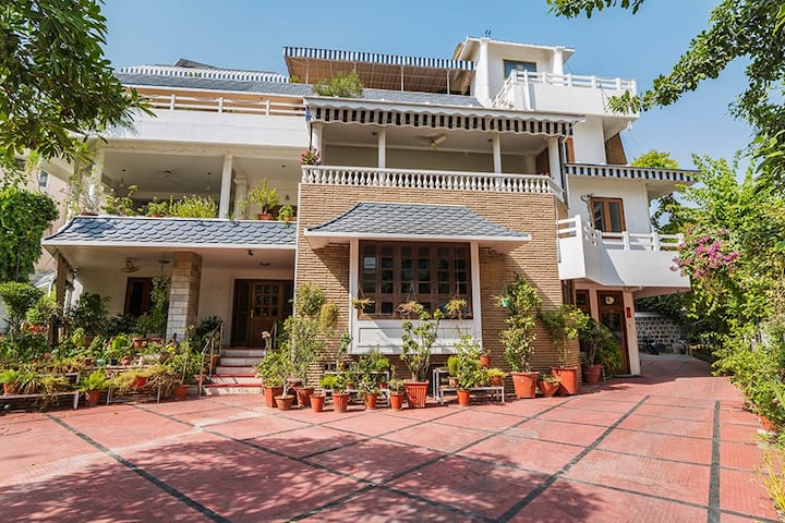 Exclusive 1 room in city centre W/Lawn @Jaipur