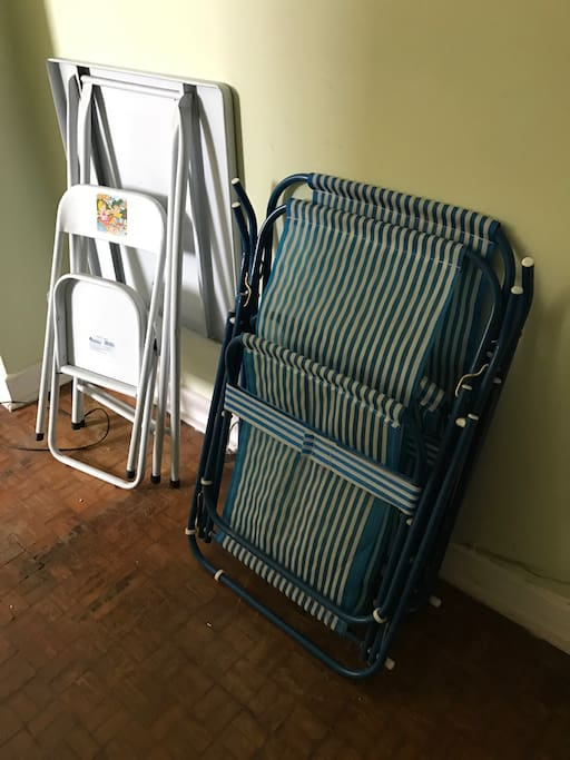 Cadeira de praia e mesa auxiliar