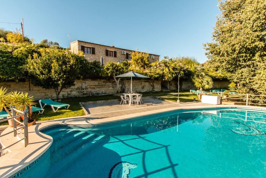 vista de la piscina y la fachada principal de la casa