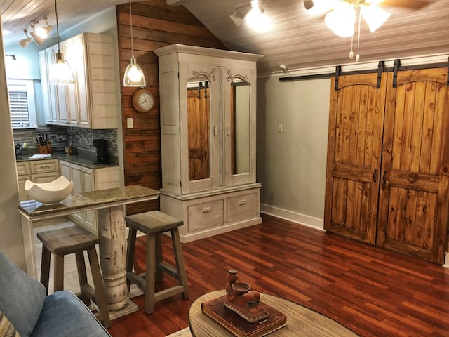*A Midcity Night's Dream Cottage* short term lease