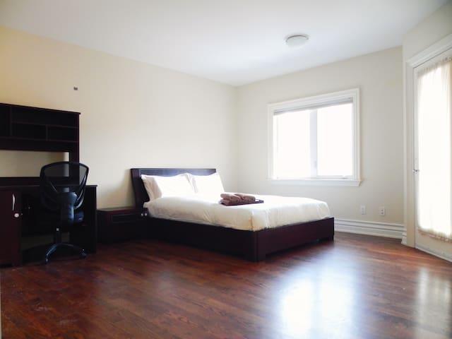 Queen Bedroom with Backyard View - Toronto - Casa