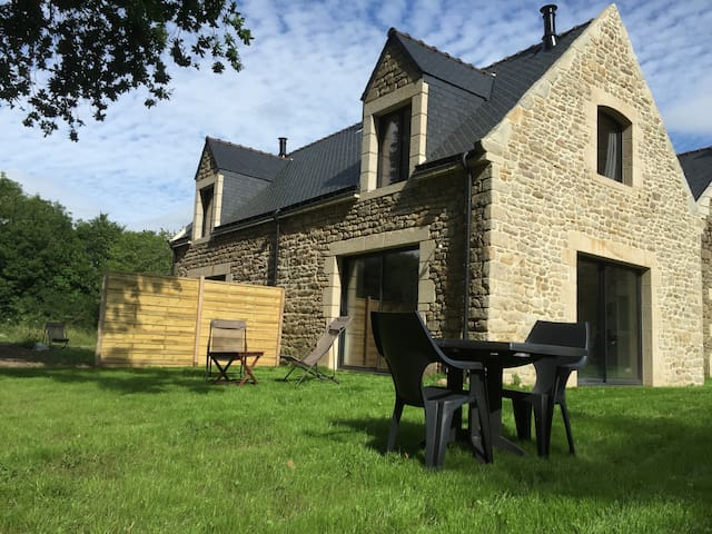 Petite maison avec jardin et vue sur la mer - Locoal-Mendon - Dom