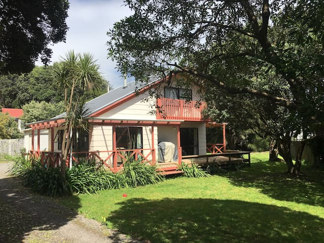 Classic Kiwi Beach House - Raumati South