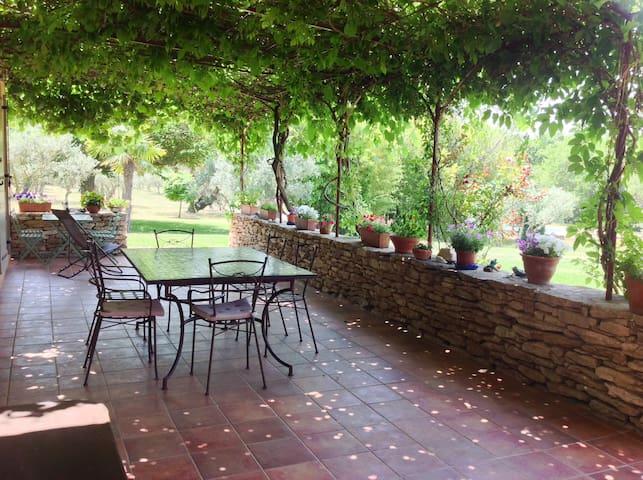 Maison avec piscine cadre idyllique - Lagnes - Casa
