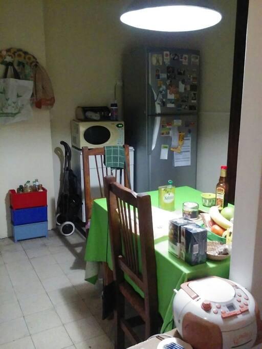 Cocina compartida, heladera con freezzer, microondas, mesa, changuito para las compras