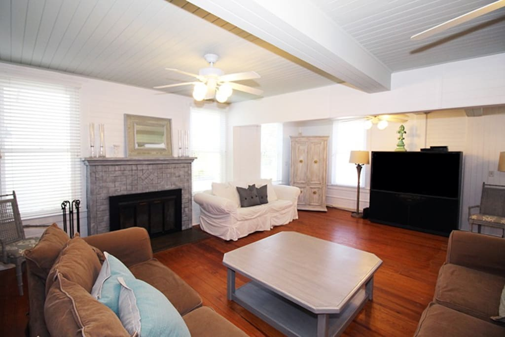 Spacious Living Room with Large Flat Panel TV/DVD