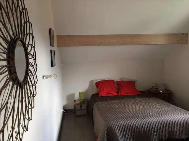 Authentic double bedroom, calm area - Péron - Apartamento