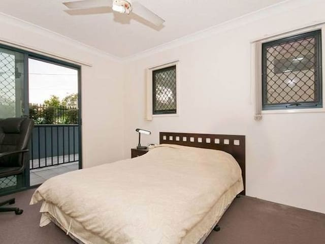 Ensuite room with own balcony - Taringa - Apartamento
