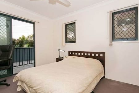 Ensuite room with own balcony - Taringa - 公寓