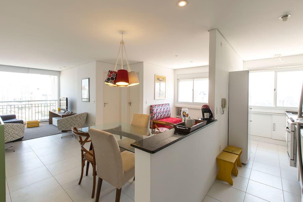 cozinha integrada com o jantar e as salas de visitas e TV<br><br>