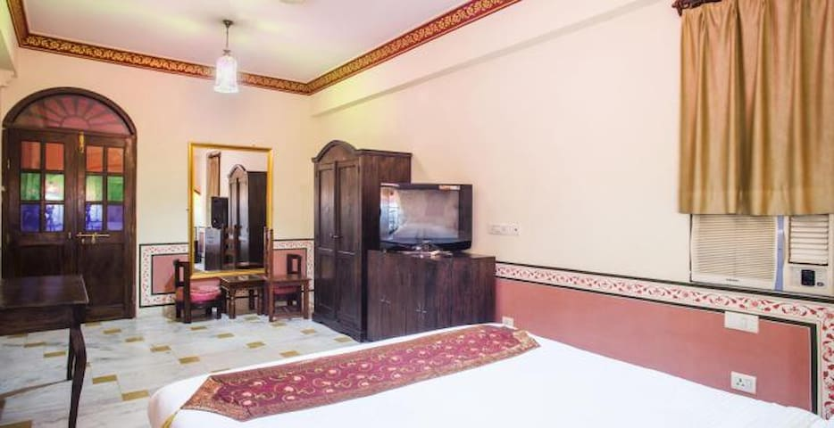 Luxury Royal Jaipur Thikhana Suite on Hawa Sarak