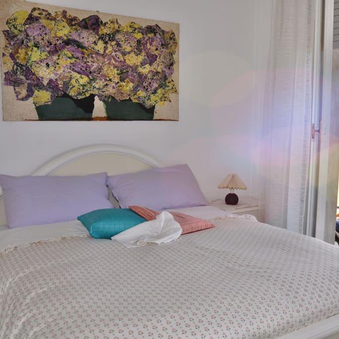 La camera da letto con letto matrimoniale.