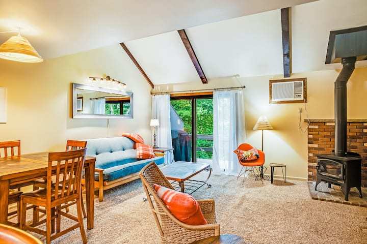 Family-friendly, ski-cation townhouse w/ a shared pool, hot tub, & basketball
