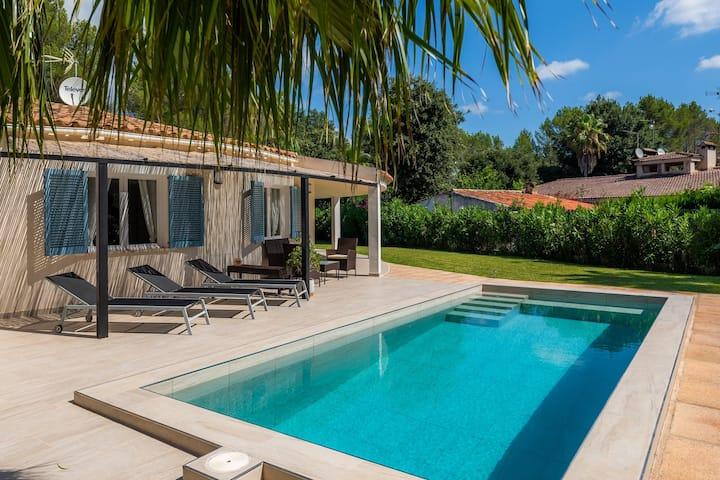 Hermosa Casa Lolita con piscina exterior privada, terraza, jardín, vistas a la montaña, aire acondicionado y Wi-Fi; aparcamiento disponible, se admiten mascotas previa petición
