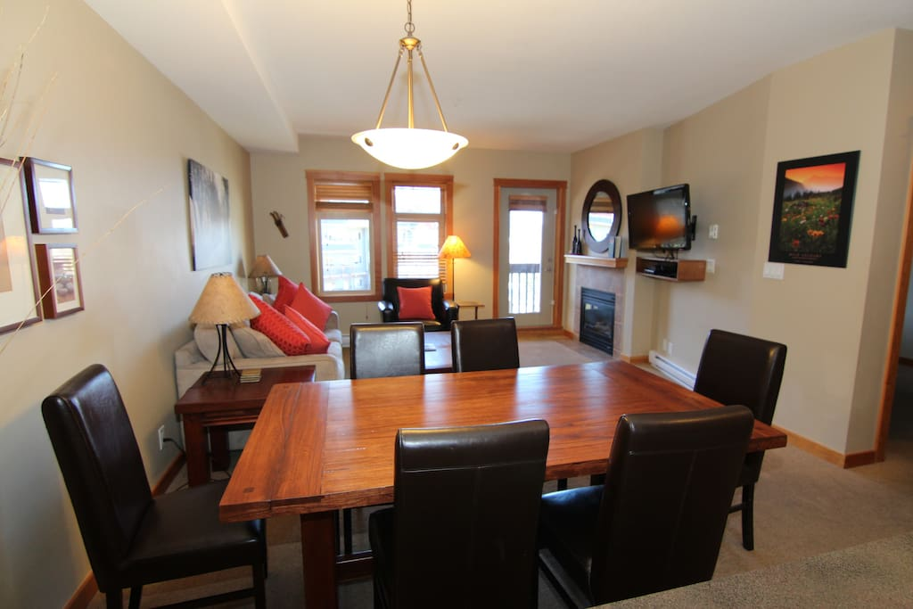 Large living and dining area with plenty of space to kick back and relax!