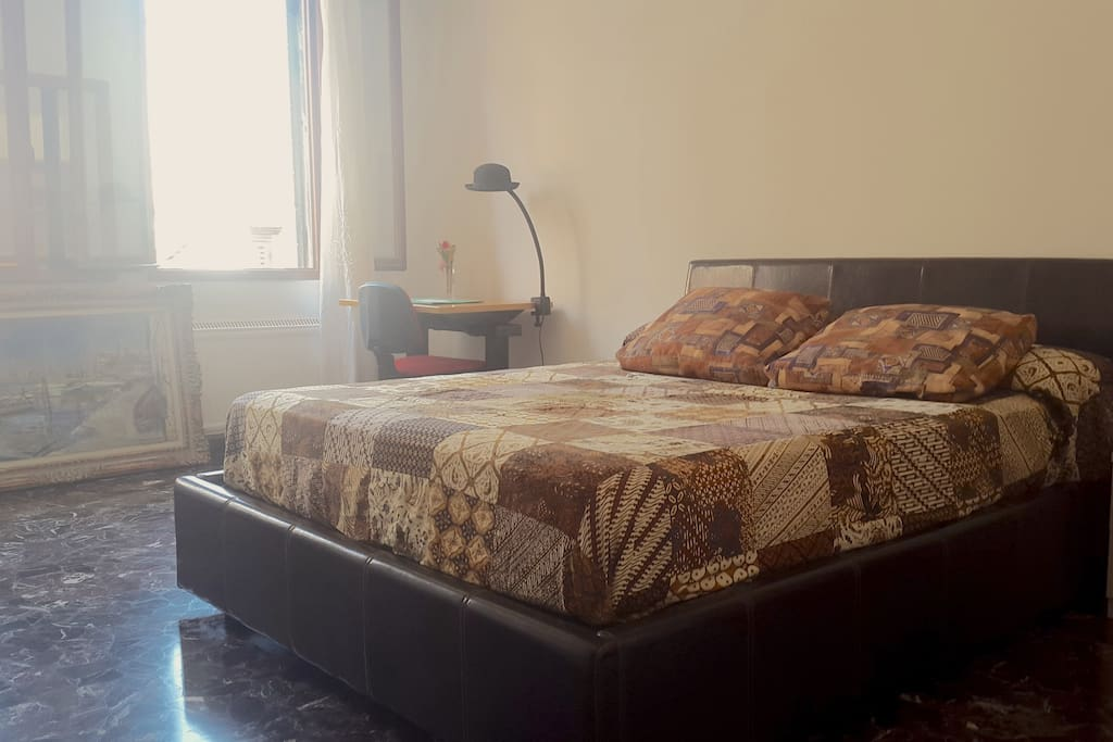 Spacious and luminous private room with queen-size bed in the heart of Venice. Fully furnished.