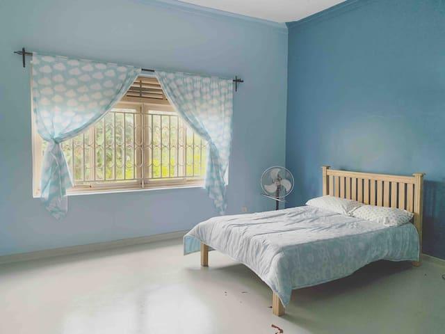 """""""Blue Room"""" - Cozy, Quiet & Clean in Jinja Town"""