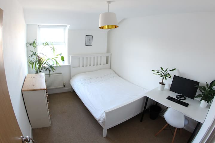 Bright, quiet, spacious room with private bathroom