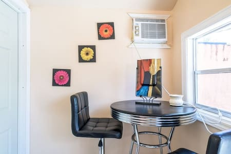 1 bedroom w/ Kitchen & Bathroom in Tiny GuestHouse - Hollywood