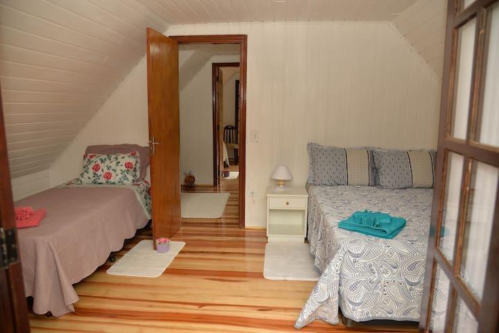 Quarto 2 com 1 cama de casal e 1 bicama