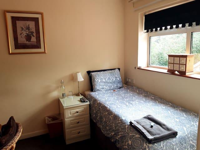 Cosy En-suite, WiFi, Parking, Kitchen & Lounge