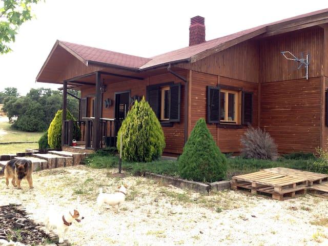 Casa de madera en plena naturaleza