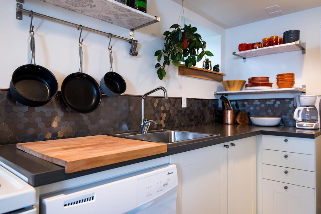 Fully equipped kitchen with all you need for good eats!