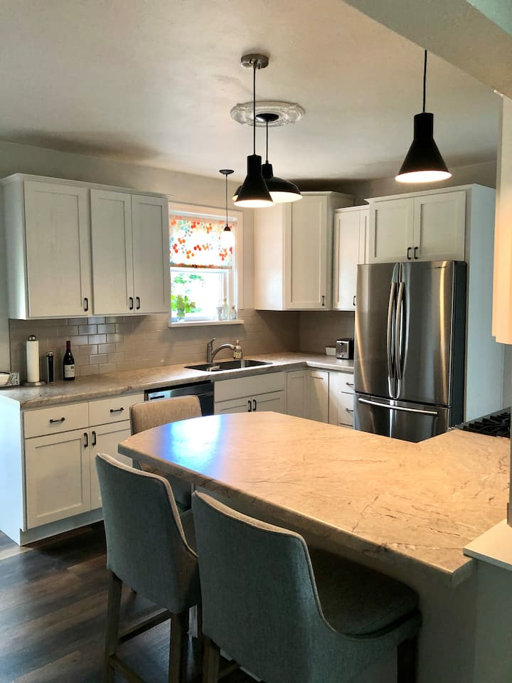 Cozy remodeled cottage in heart of Ashland