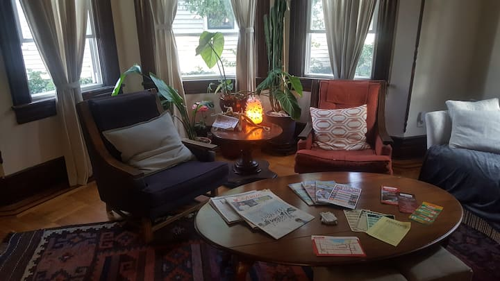 Red Bank Downtown- Victorian Retreat for 2