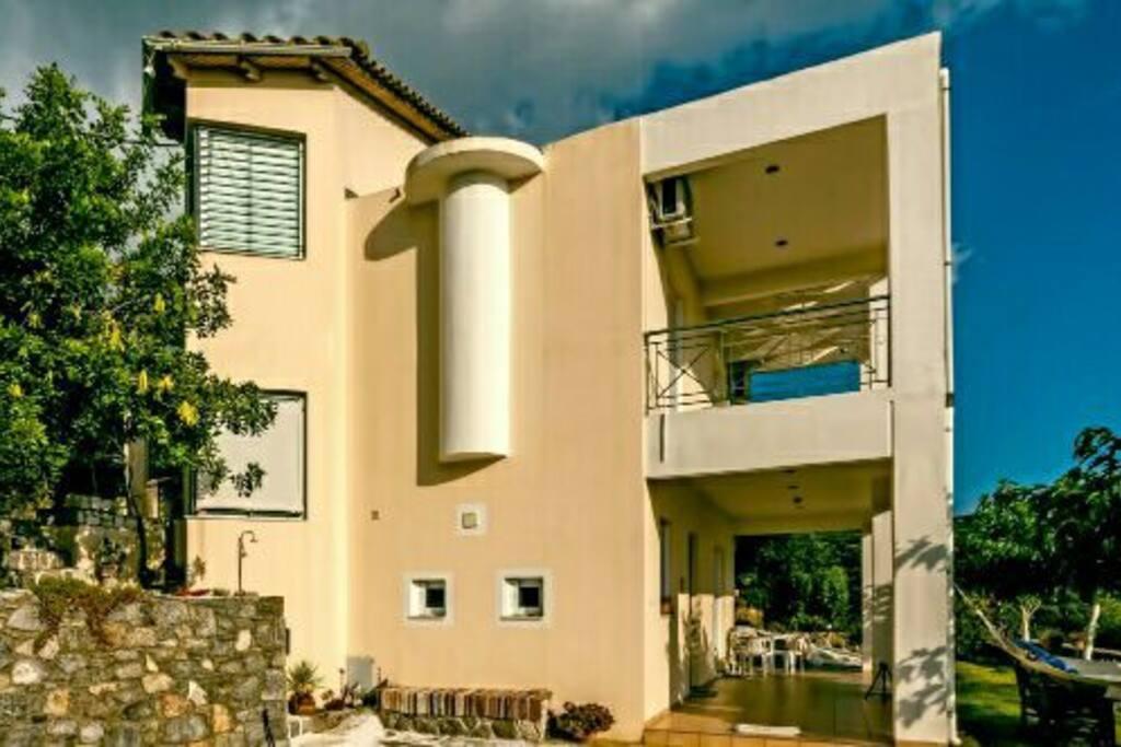 Το εξωτερικό του σπιτιού. Το διαμέρισμα βρίσκεται στον πάνω όροφο.
