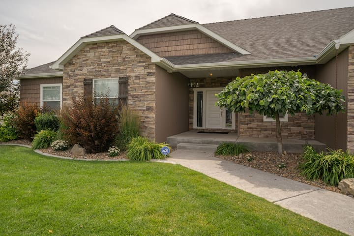 North Idaho Falls Home Sleeps 14