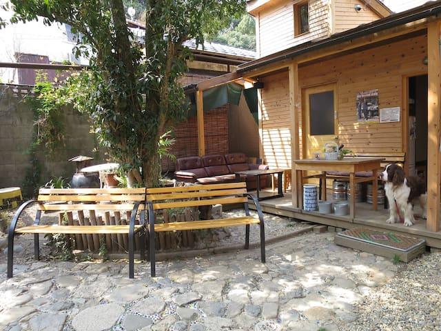 Dorm多人房内设有Kinta、庭院、咖啡厅等空间供大家享用。 男女混合式 x 单人床3张。下排。