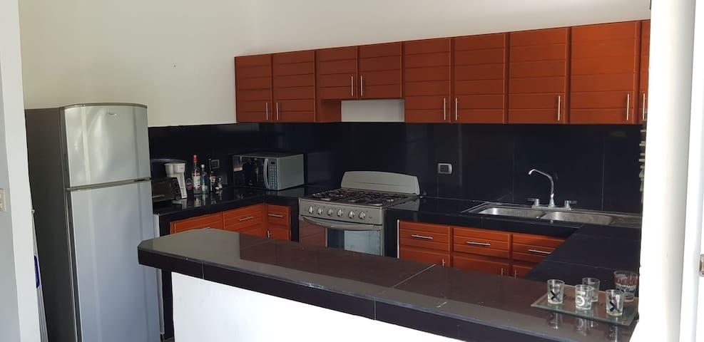 Cocina Equipada: Nevera, Cocina-Horno, Microwave, Tostador, Licuadora, Platos y utensilios varios de cocina.