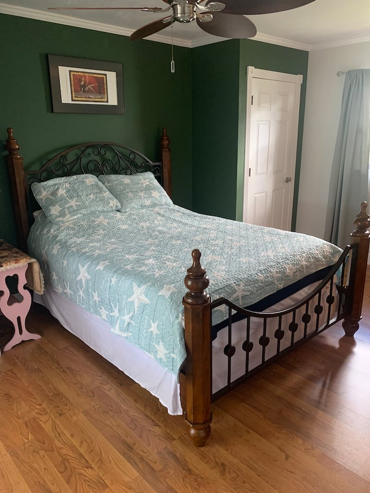Private room in SW CAPE CORAL Queen size bed.