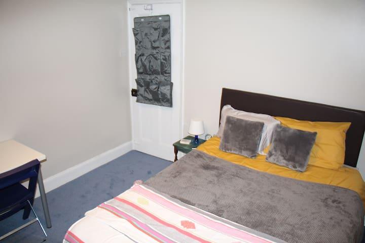 Private, Quiet, 1st Floor, Spacious Double-room